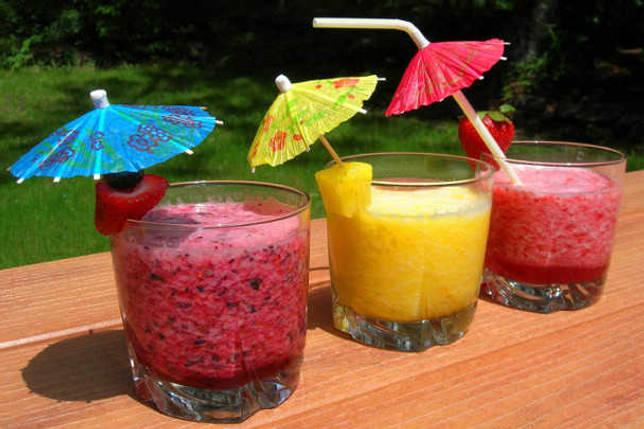 Напитки можно украсить бумажными зонтиками